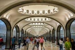 Passagiere und Touristen an der Mayakovskaya-Metrostation stockfoto