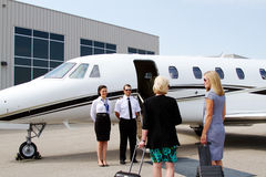 Passagiere ungefähr, zum des Jets zu verschalen Lizenzfreie Stockfotos