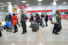 Passagiere von aeroexpress sind im Flughafen von Sheremetyevo Stockfoto