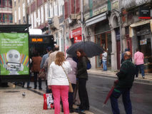 Passagiere warten den Bus an Bolhão-Station Lizenzfreie Stockfotografie