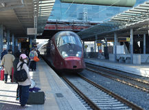 Passagiere warten den Zug Stockfoto