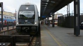 Passagiere warten und an hauptsächlichbahnhof Prags im Zug zu erhalten stock video footage