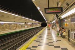 Passagiere, welche auf die Ankunft des Zugs warten Lizenzfreie Stockbilder