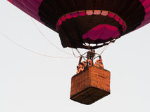 Passagiere, welche die Ansicht von ihrem Ballon genießen lizenzfreie stockfotos