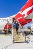 Passagiere, welche die Qantas-Flugzeuge an Melbourne-Flughafen verschalen Lizenzfreies Stockfoto