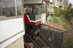 Passagiere ziehen unten mit EL Peral um, das in Valparaiso, Chile funikulär ist Stockfotos