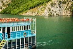 Passagierfähre im Flussufer, mit Schwimmweste im zweiten Stock stockfotos