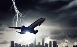 Passagierflugzeug über Stadtbild Lizenzfreies Stockbild