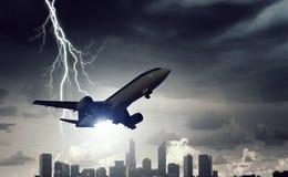Passagierflugzeug über Stadtbild Stockfoto