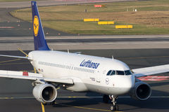 Passagierflugzeug Airbusses A320 Lufthansa Stockfotos
