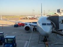 Passagierflugzeug angekoppelt am Flughafenabfertigungsgebäude, Brennstoffaufnahme- und Passagiere ausschiffen lassen lizenzfreies stockfoto