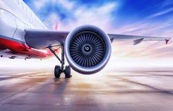 Passagierflugzeug auf einem Flugplatz lizenzfreie stockfotos