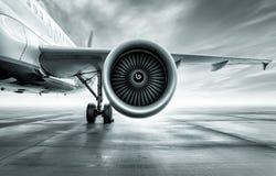 Passagierflugzeug auf einem Flugplatz stockfoto