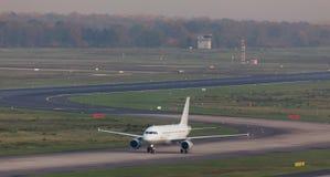 Passagierflugzeug auf einer Flughafenrollbahn Stockbild