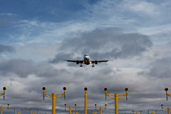 Passagierflugzeug auf Endanflug Stockfotos
