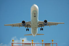 Passagierflugzeug auf Endanflug Lizenzfreie Stockfotos