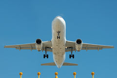 Passagierflugzeug auf Endanflug Stockbild