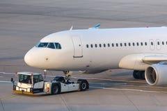Passagierflugzeug Beeing geschleppt an einem Flughafen Lizenzfreie Stockbilder