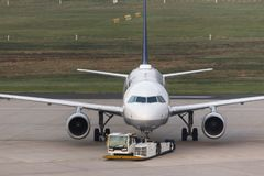 Passagierflugzeug Beeing geschleppt an einem Flughafen Stockbild