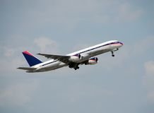 Passagierflugzeug Boeing-757 Stockfotos