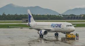 Passagierflugzeug, das auf die Rollbahn mit einem Taxi fährt stockbild