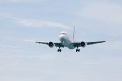 Passagierflugzeug, das einem Flughafen sich nähert Stockfoto