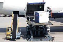 Passagierflugzeug, das geladen wird Stockfotografie