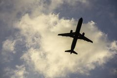 Passagierflugzeug, das vom Flughafen sich entfernt lizenzfreie stockfotos