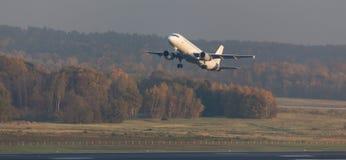 Passagierflugzeug, das von einem aiport abfährt Stockbild