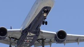 Passagierflugzeug des Delta-757, das vorbei auf Flughafen-Endanflug fliegt stock footage