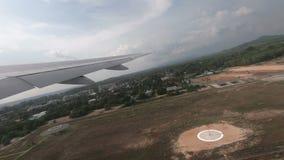Passagierflugzeug entfernen sich an Phuket-Flughafen stock video