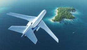 Passagierflugzeug fliegt über tropische Insel des Paradieses lizenzfreie stockfotos