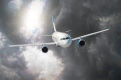 Passagierflugzeug fliegt durch die Turbulenzzone durch den Blitz von Sturmwolken im schlechten Wetter Lizenzfreie Stockfotos