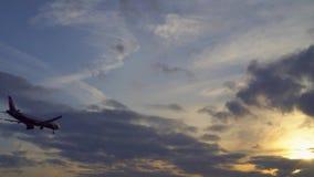 Passagierflugzeug fliegt oben Sonnenuntergang im Hintergrund Gesamtl?nge UltraHD auf Lager stock video footage