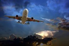 Passagierflugzeug gegen einen stürmischen Himmel Stockfotografie