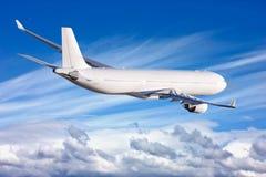 Passagierflugzeug im Himmel unter den Wolken Das Konzept von Feiertagen und von Reise stockfotografie