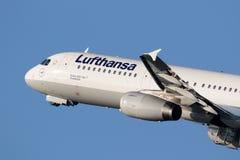 Passagierflugzeug Lufthansas Airbus A321-100 Lizenzfreies Stockfoto
