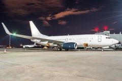Passagierflugzeug am Teleskop aerobridge am Flughafennachtflugservice Lizenzfreie Stockbilder