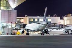 Passagierflugzeug am Teleskop aerobridge am Flughafenni Lizenzfreies Stockfoto