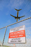 Passagierflugzeug und Flughafenumkreiszaun Lizenzfreie Stockfotografie