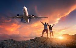 Passagierflugzeug und -glückliche Menschen lizenzfreies stockbild