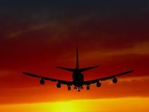 Passagierflugzeug ungefähr zum Land Lizenzfreies Stockbild