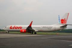 Passagierflugzeugankern am Flughafen lizenzfreies stockfoto