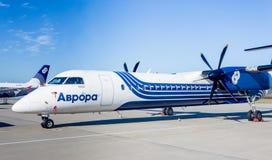Passagierflugzeuge Bombenschütze Q400 von Aurora Airlines auf Flugplatz Turbo-Prop Luftfahrt und Transport lizenzfreie stockfotos