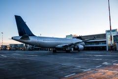 Passagierflugzeuge geparkt zu einer Luftbrücke am Flughafenschutzblech des frühen Morgens stockfoto
