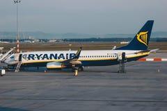Passagierflugzeugfläche von Ryanair-Firma am Flughafen Lizenzfreie Stockfotografie