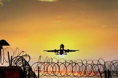 Passagierflugzeugfliege unten Lizenzfreie Stockbilder