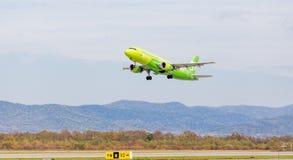 Passagierflugzeugflugzeug Airbus A320 von S7 Airlines entfernt sich Luftfahrt und Transport stockfotos