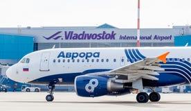 Passagierflugzeugflugzeuge Airbus A319 von Aurora Airlines auf Flugplatz Anschluss des Flughafens auf Hintergrund Luftfahrt und T stockbild