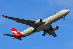 Passagierflugzeuglandung an Bangkok-Flughafen stockfotos